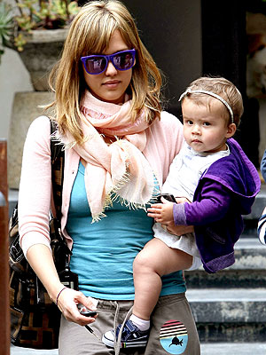 Jessica Alba goes casual as usual and taking her daughter Honor Marie,