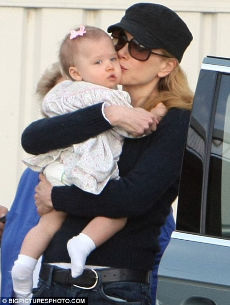 tom cruise and nicole kidman kissing. Become a mother is not as easy as it thought, Nicole, is a mother after she