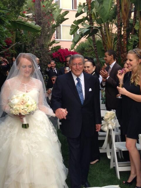 Tony_Bennett_and_Daughter_Anotnia_ontheaisle