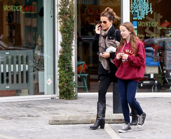 Kate_Beckinsale_in_Mother_and_Daughter_Shopping_Fun